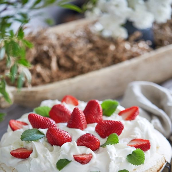 Tort-bezowy-z-truskawkami